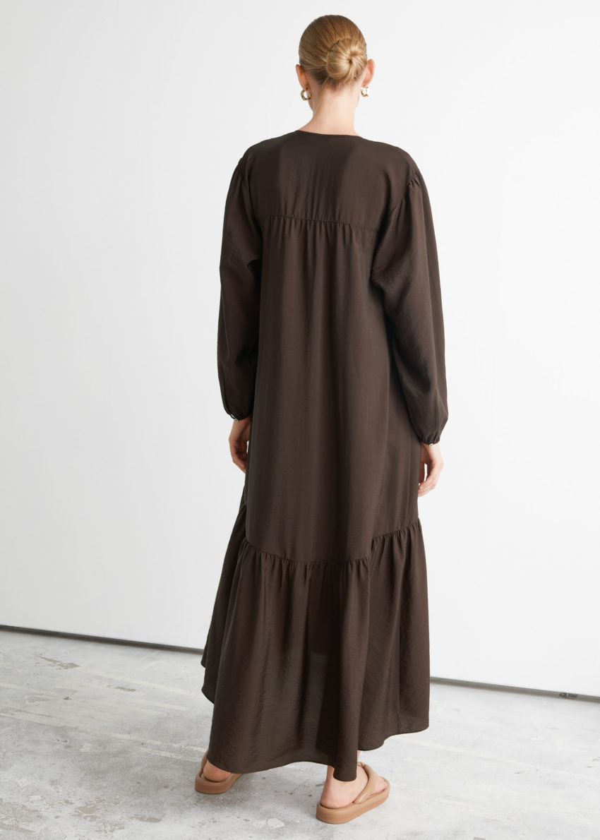 앤아더스토리즈 볼류미너스 맥시 드레스의 다크 브라운컬러 ECOMLook입니다.