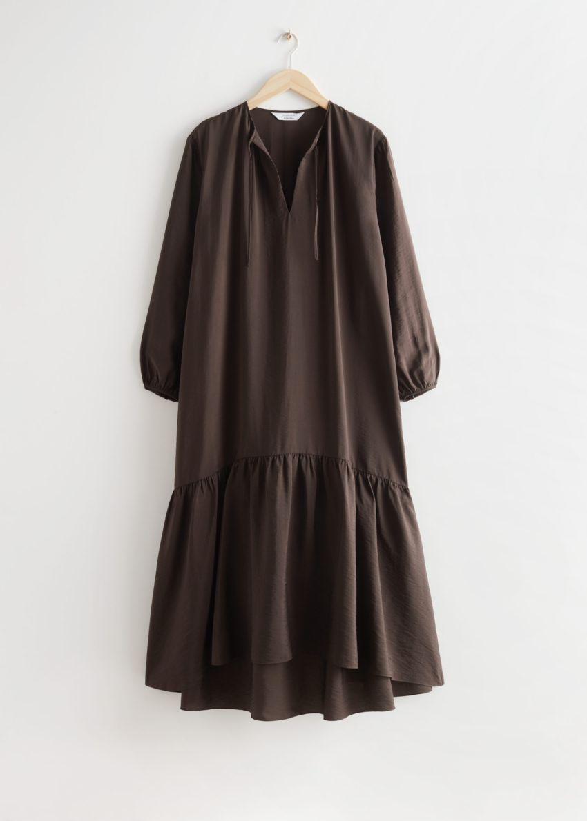앤아더스토리즈 볼류미너스 맥시 드레스의 다크 브라운컬러 Product입니다.