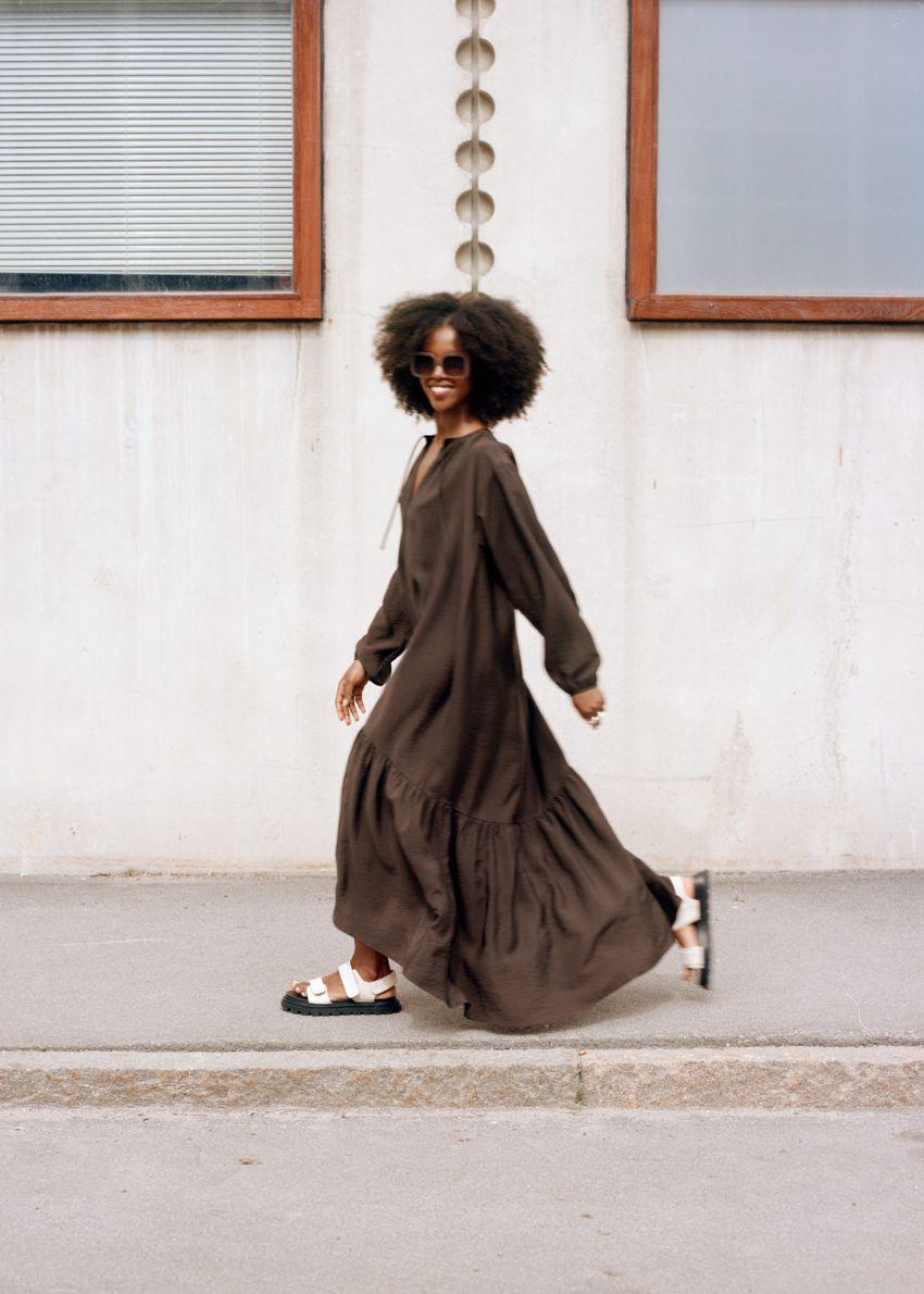 앤아더스토리즈 볼류미너스 맥시 드레스의 다크 브라운컬러 Environmental입니다.