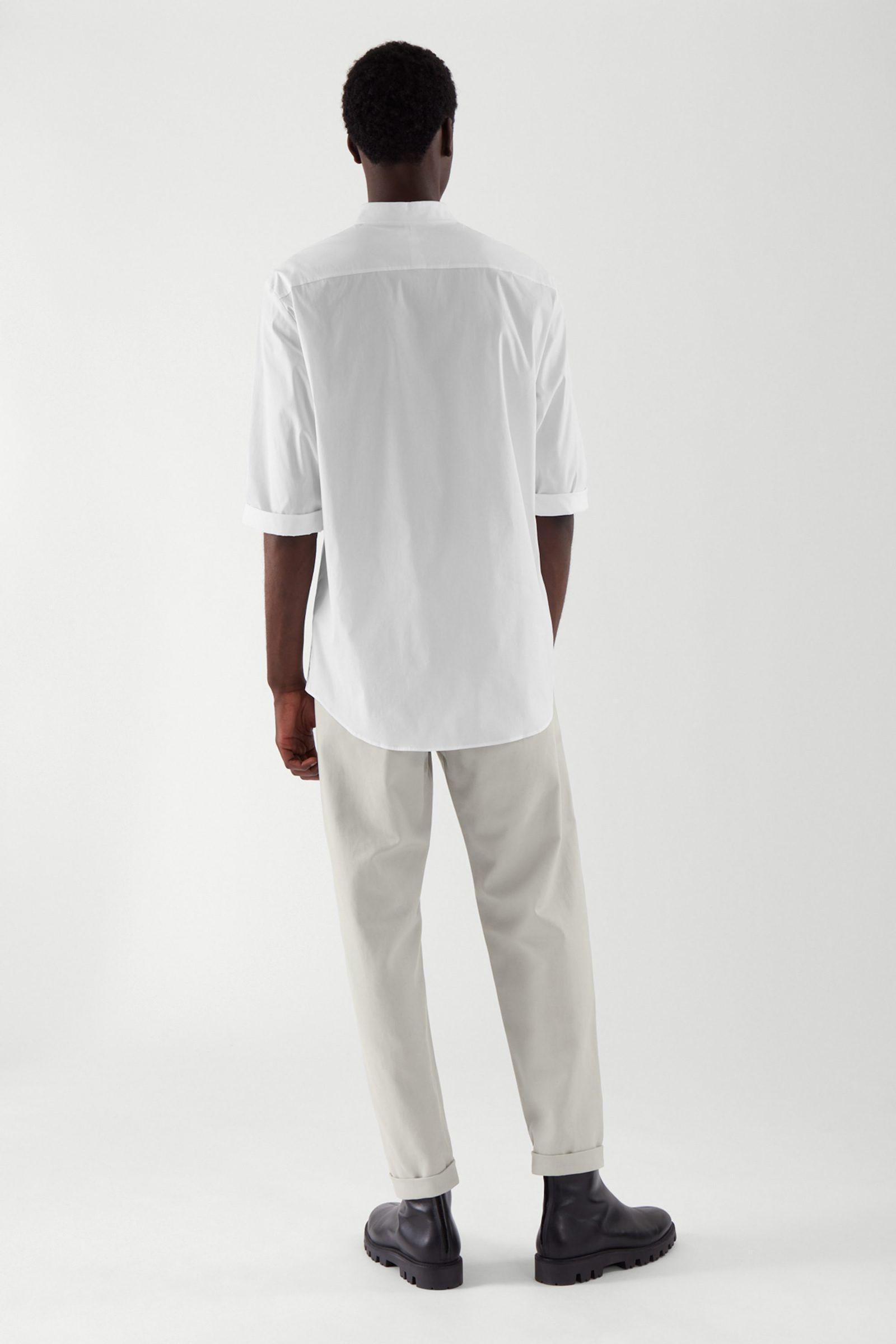 COS 슬림 칼라리스 셔츠의 화이트컬러 ECOMLook입니다.