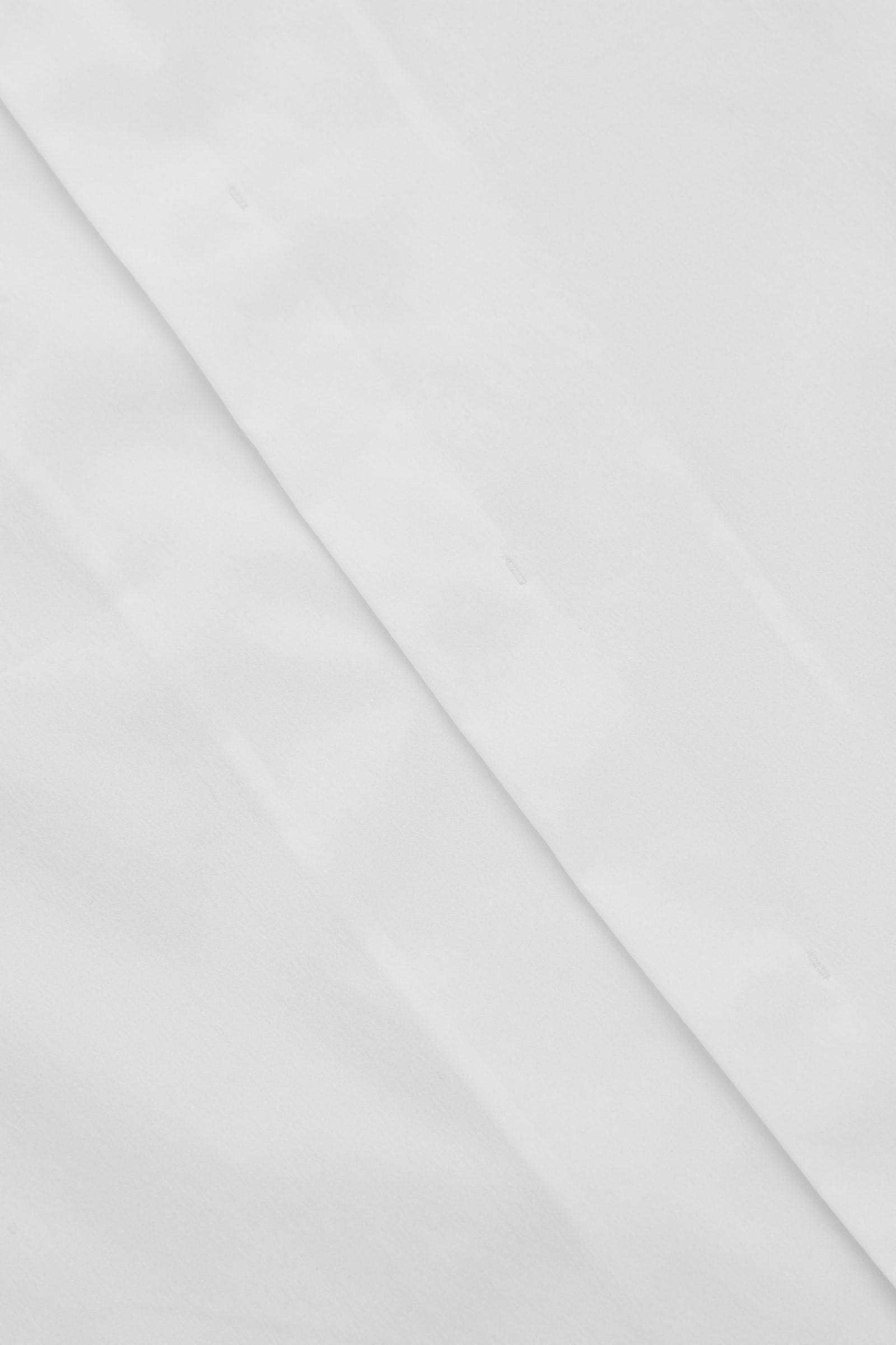COS 슬림 칼라리스 셔츠의 화이트컬러 Detail입니다.