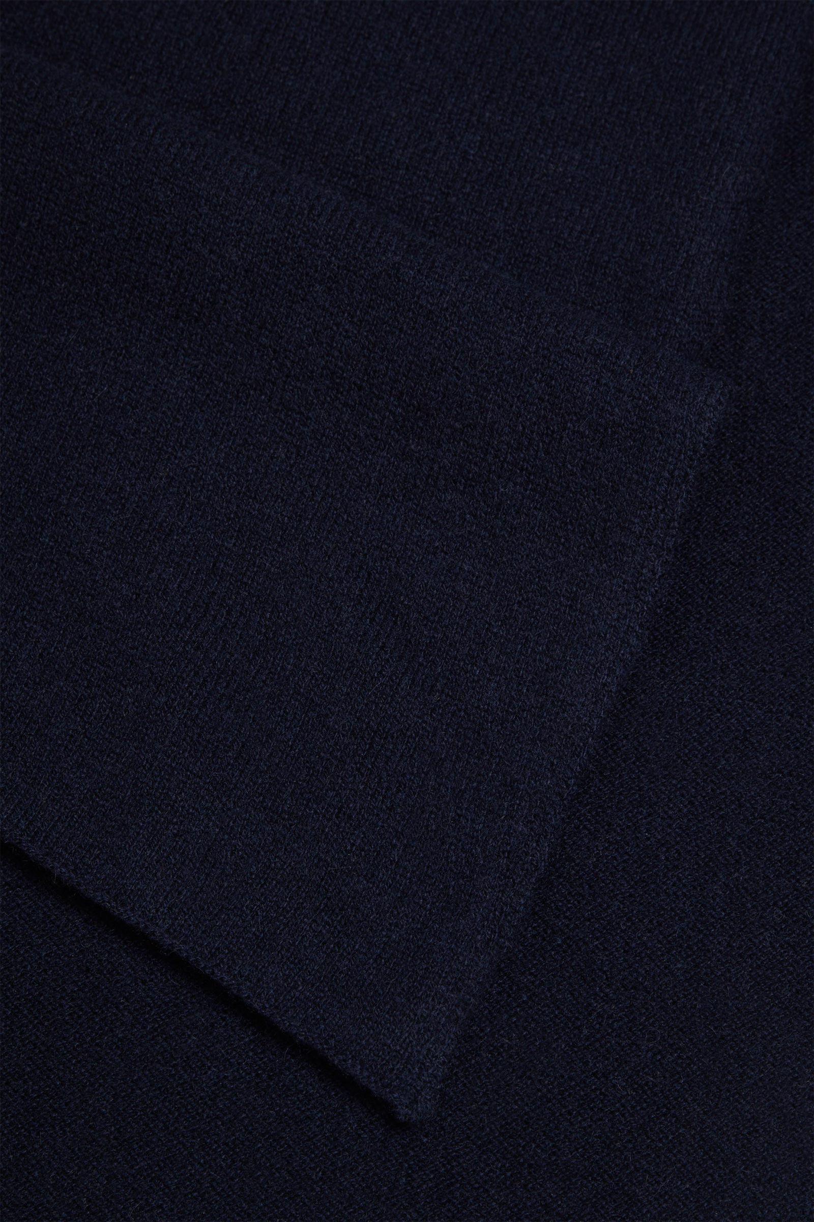 COS 니티드 캐시미어 스카프의 네이비컬러 Detail입니다.