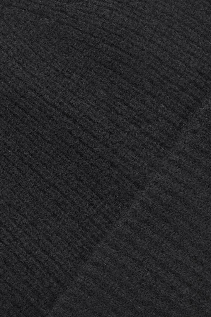 COS 오버사이즈 캐시미어 햇의 블랙컬러 Detail입니다.