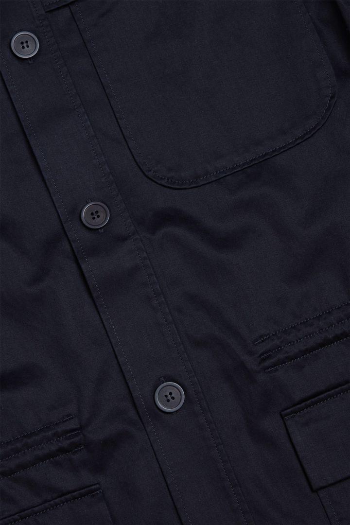 COS 라이오셀 오가닉 코튼 믹스 패치 포켓 오버셔츠의 네이비컬러 Detail입니다.
