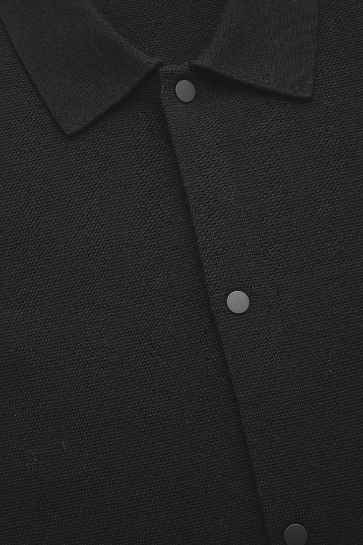 COS 니티드 울 가디건의 블랙컬러 Detail입니다.