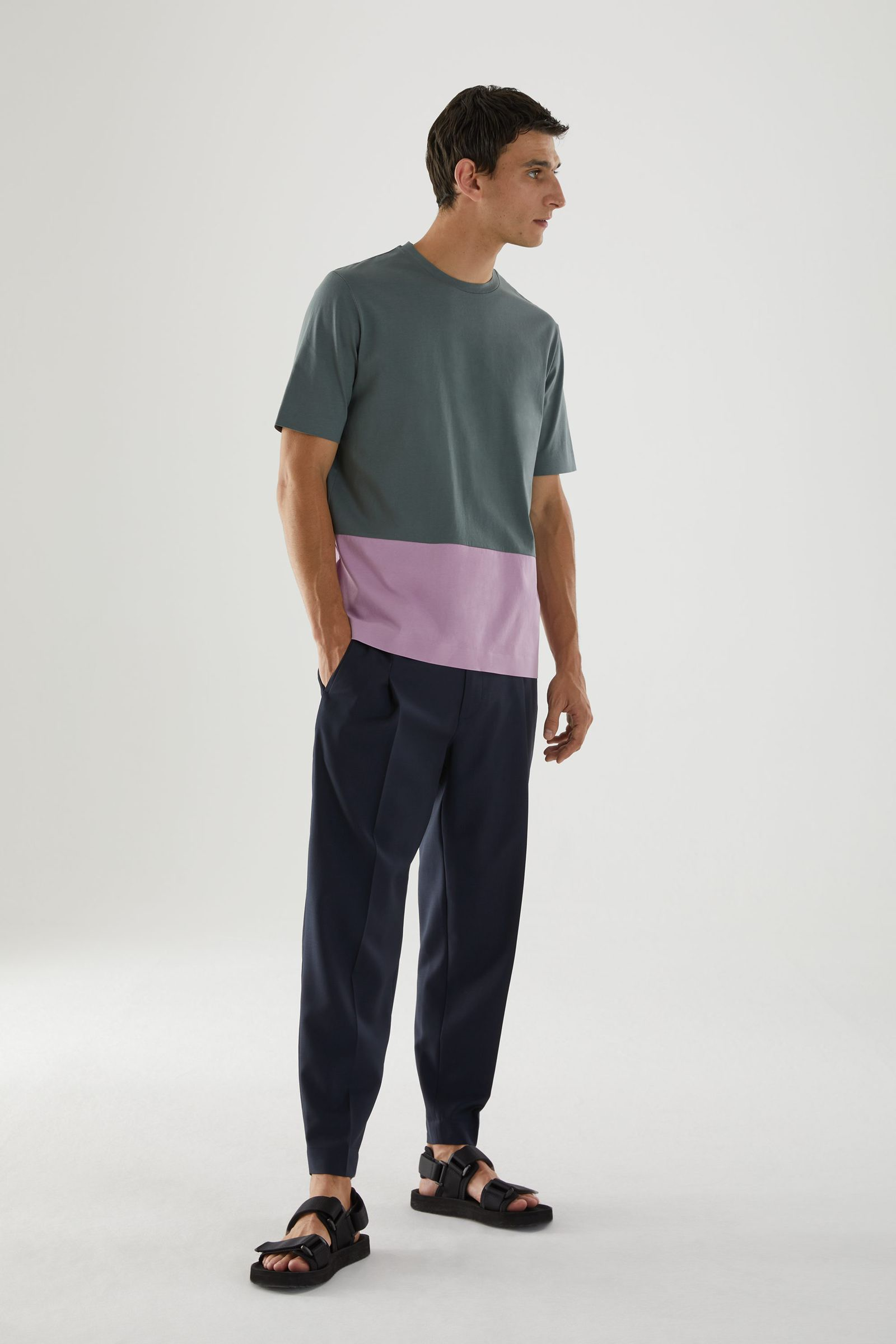 COS 본디드 코튼 티셔츠의 그레이 / 핑크컬러 ECOMLook입니다.