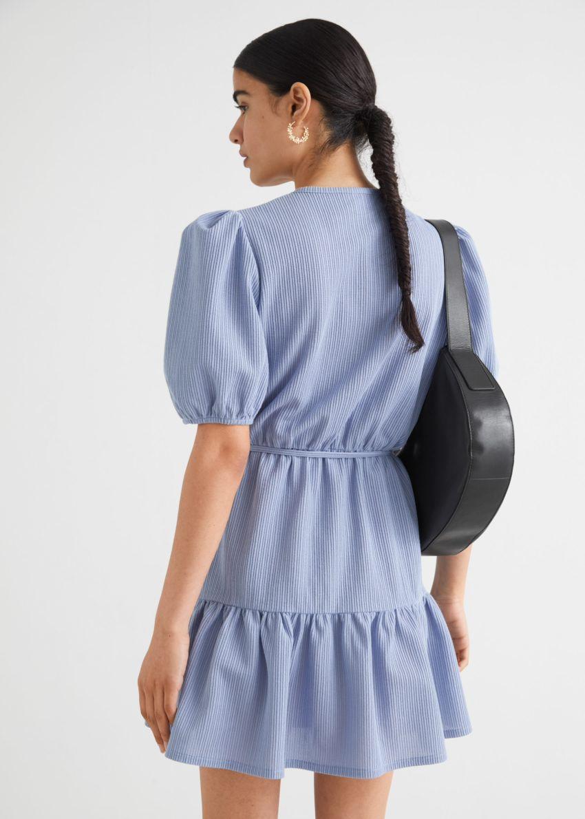 앤아더스토리즈 퍼프 슬리브 미니 랩 드레스의 블루컬러 ECOMLook입니다.