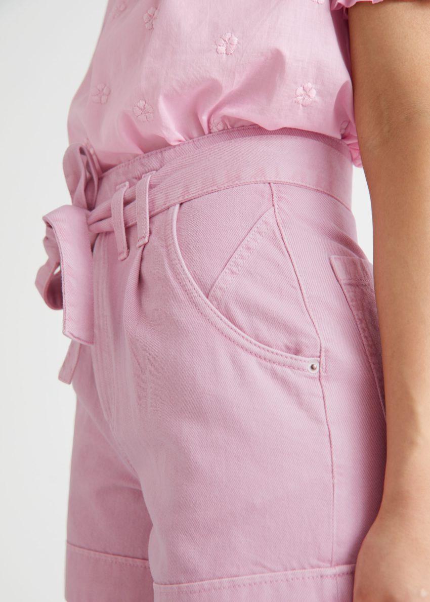앤아더스토리즈 벨티드 진 쇼츠의 라이트 핑크컬러 ECOMLook입니다.