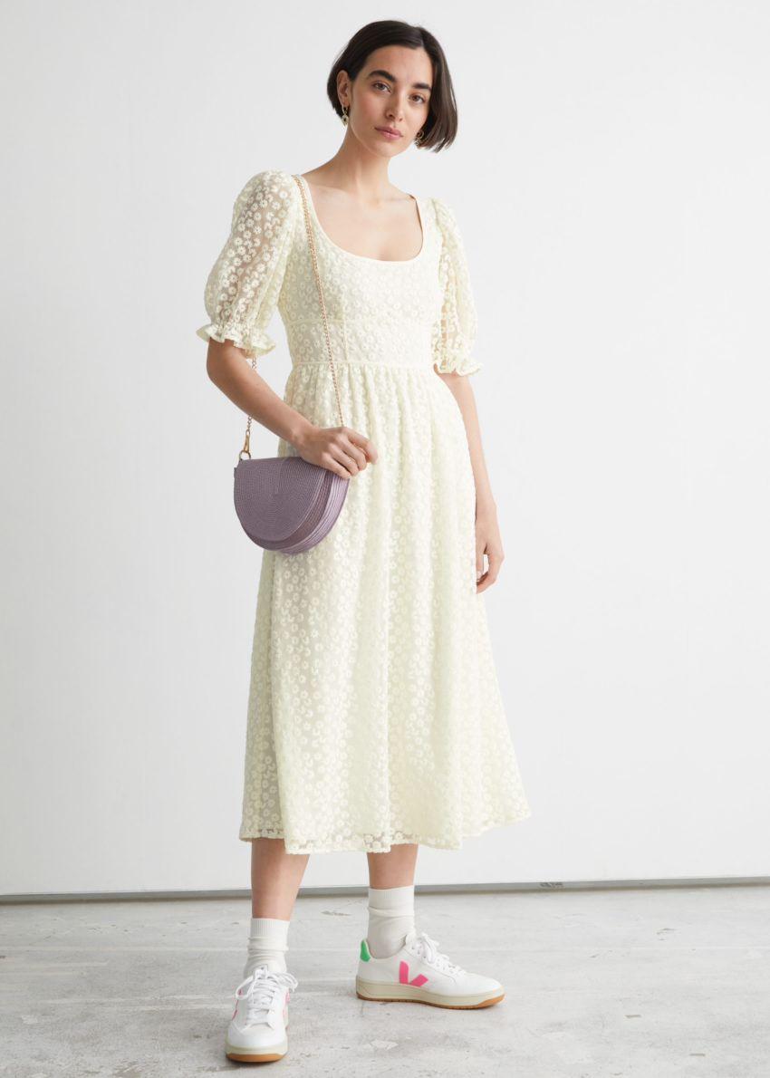 앤아더스토리즈 스퀘어 넥 레이스 미디 드레스의 크림컬러 ECOMLook입니다.