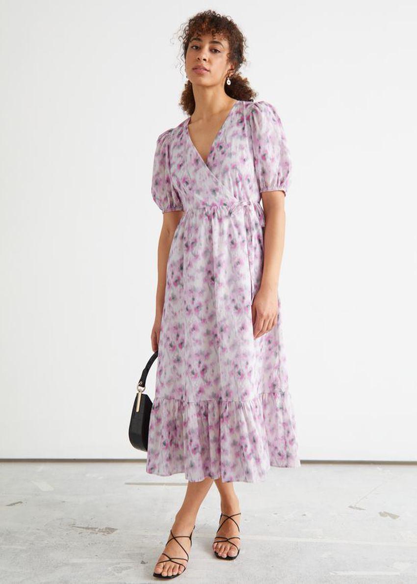 앤아더스토리즈 퍼프 슬리브 미디 랩 드레스의 블러리 플로럴컬러 ECOMLook입니다.