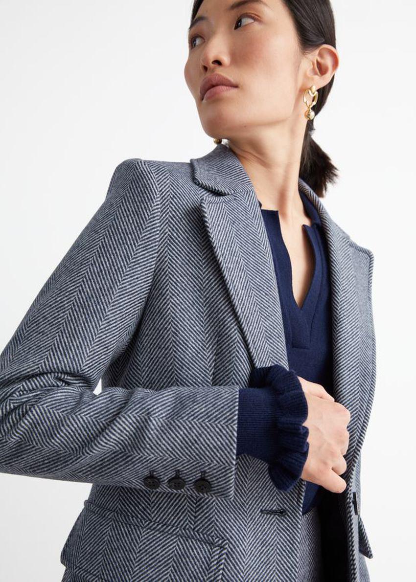 앤아더스토리즈 싱글 버튼 패치 포켓 재킷의 블루컬러 ECOMLook입니다.