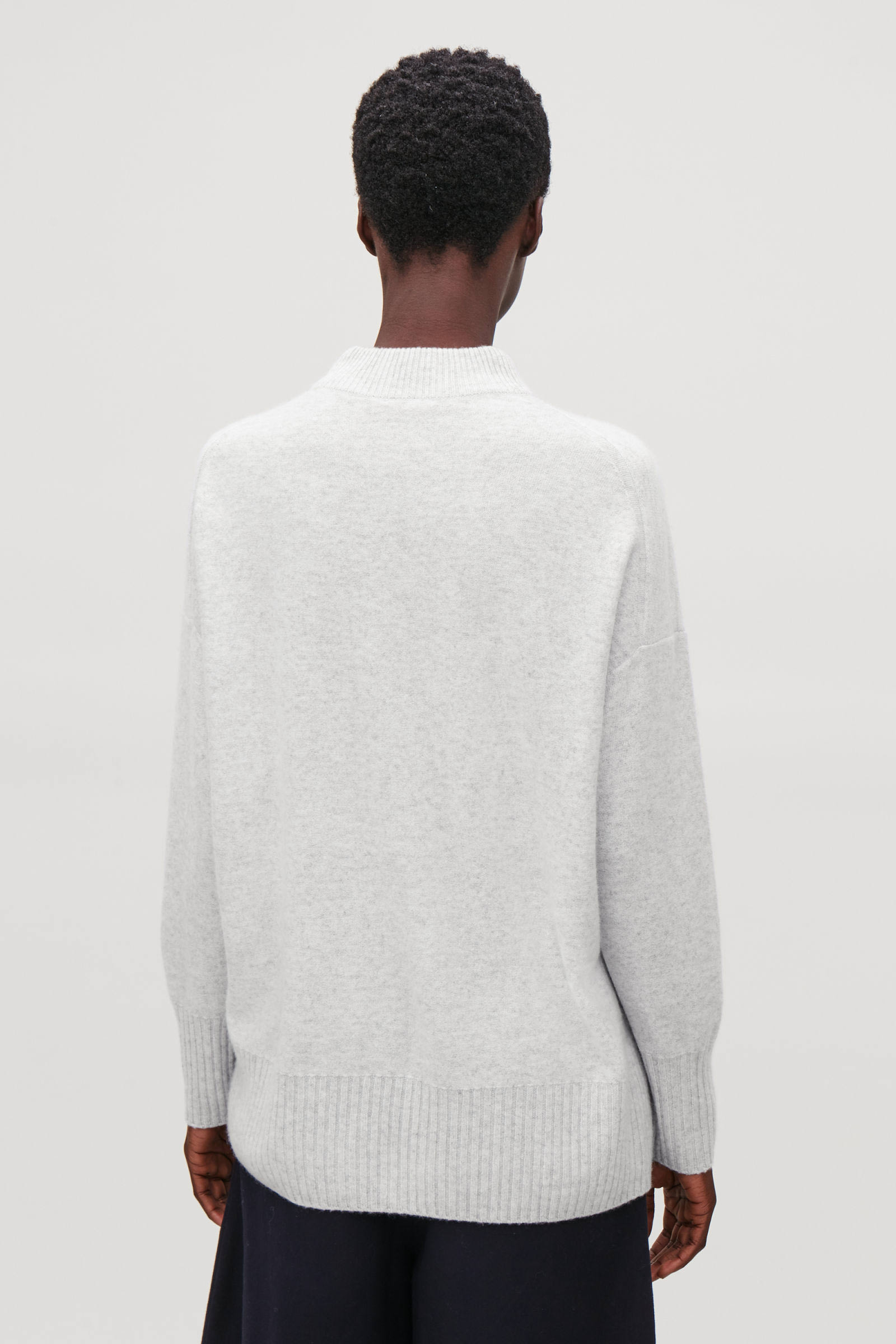 COS 청키 리브 캐시미어 스웨터의 그레이 멜란지컬러 ECOMLook입니다.