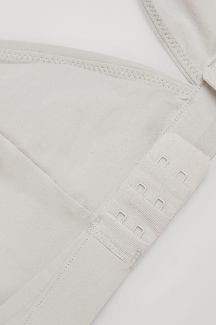 COS 트라이앵글 마이크로파이버 브라의 그레이컬러 Detail입니다.