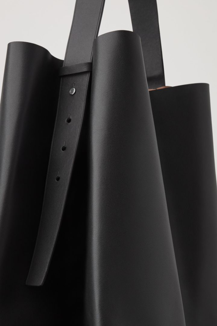 COS 레더 토트백의 블랙컬러 Detail입니다.