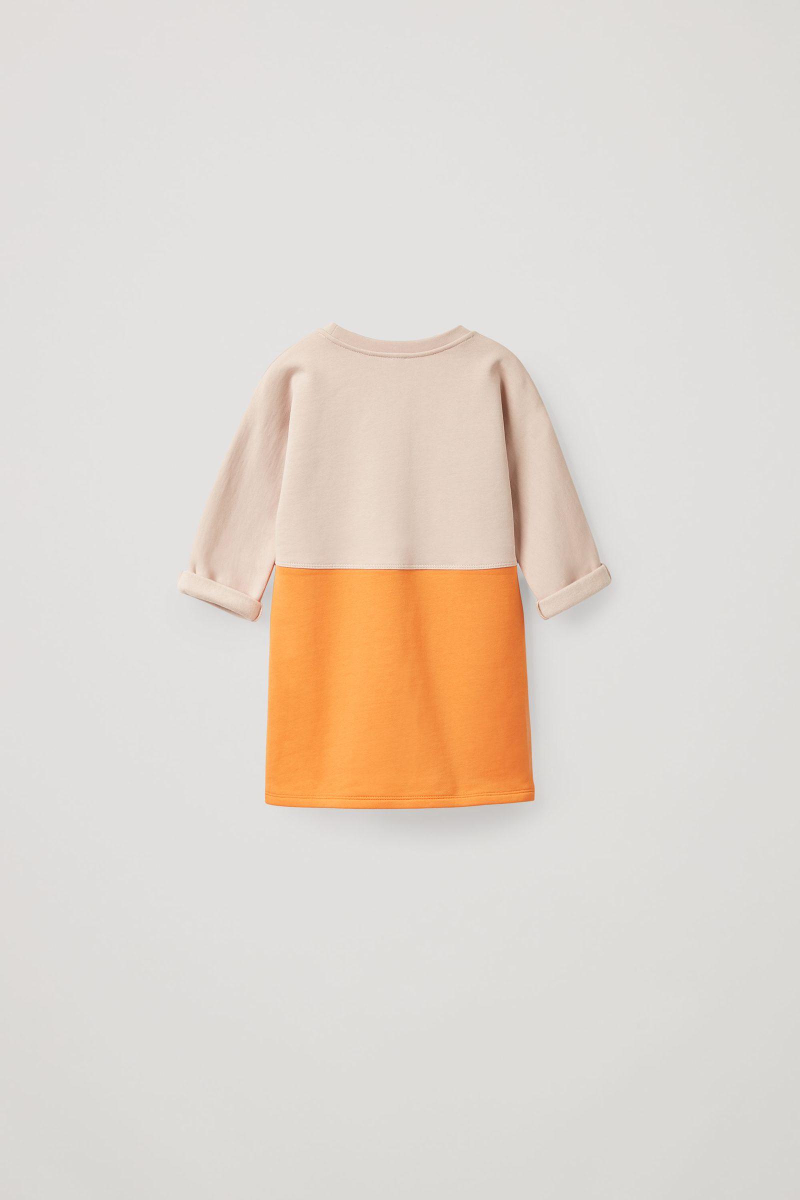 COS 오가닉 코튼 컬러 블록 스웻셔츠 드레스의 베이지 / 오렌지 / 네이비컬러 Product입니다.