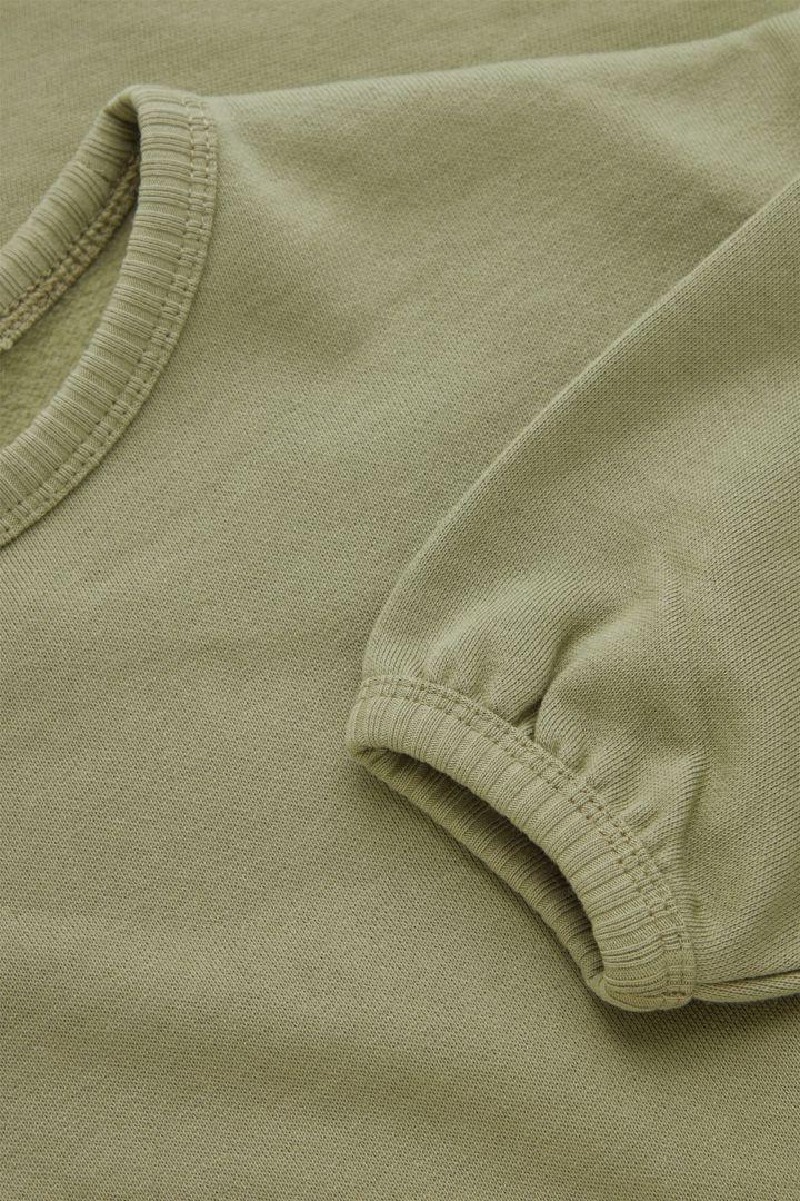COS 오가닉 코튼 개더드 벌룬 슬리브 드레스의 카키컬러 Detail입니다.