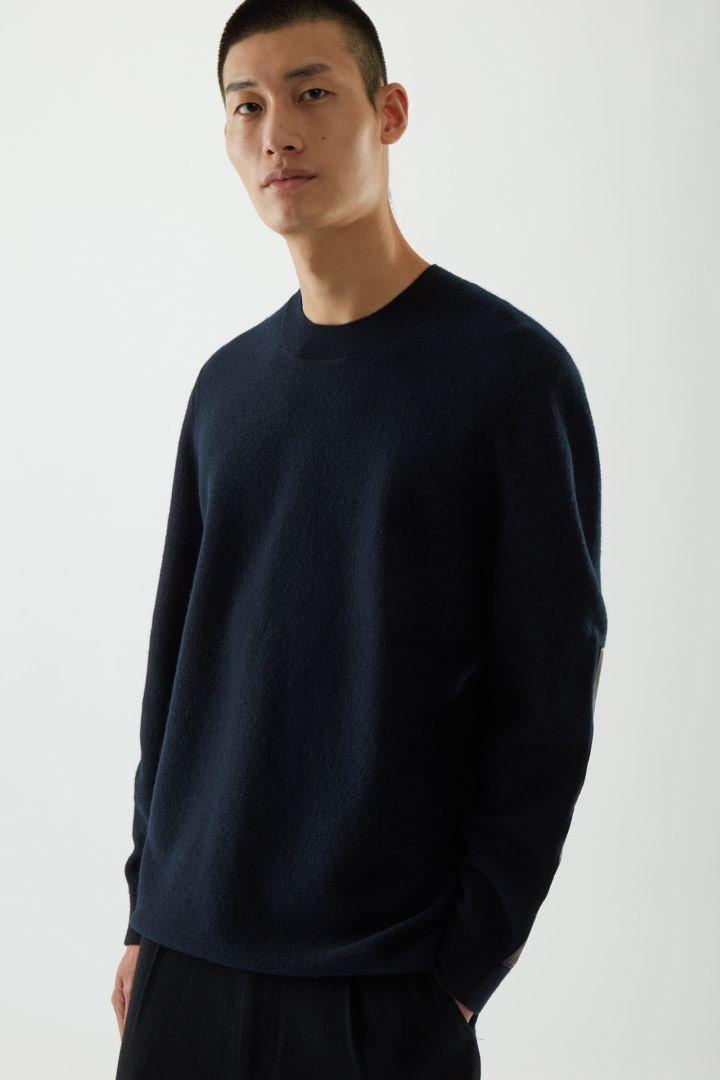 COS default image 8 of 블루 in 레더 디테일 메리노 울 스웨터