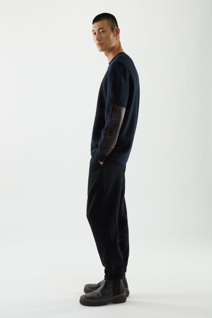 COS 레더 디테일 메리노 울 스웨터의 네이비컬러 ECOMLook입니다.