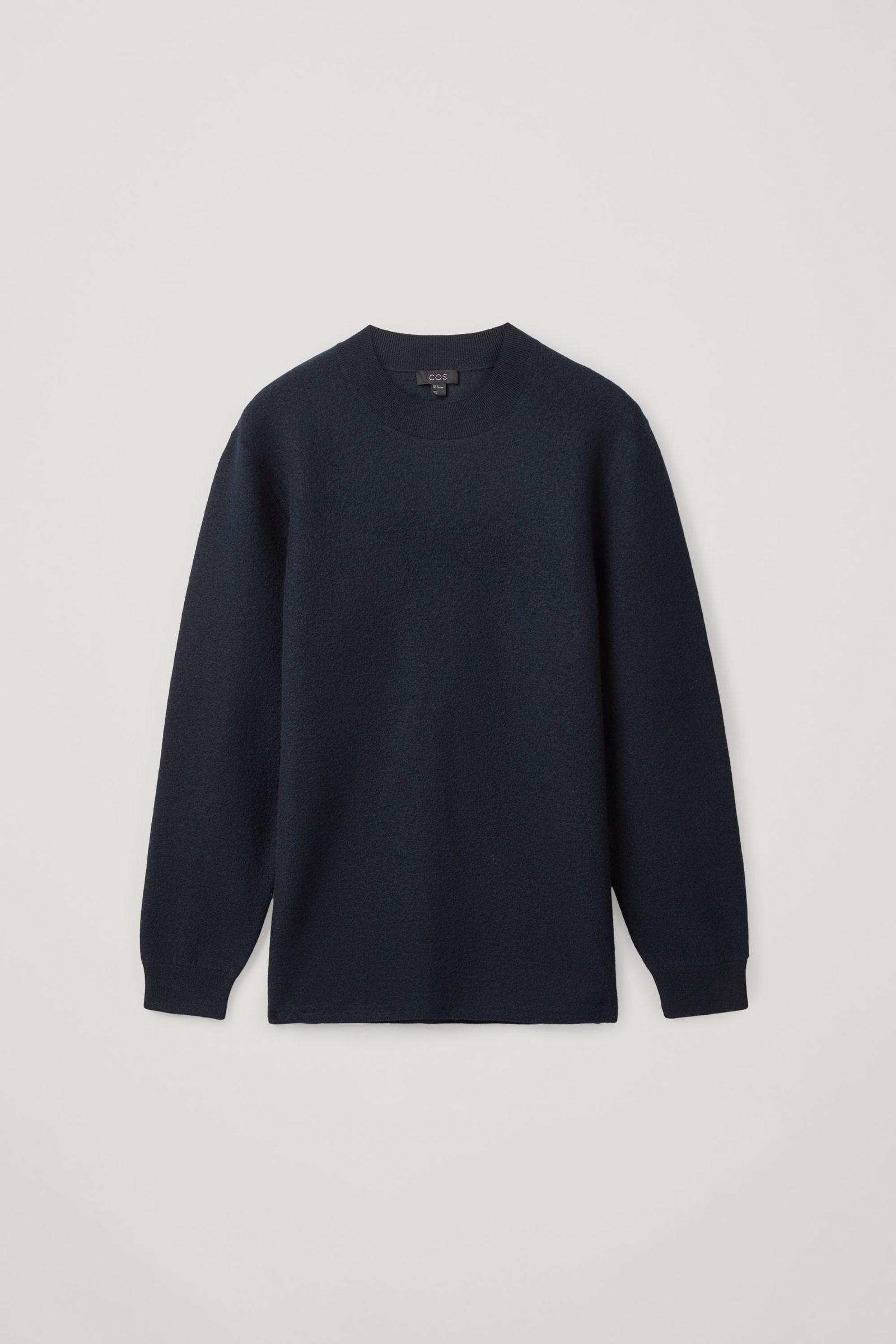 COS 레더 디테일 메리노 울 스웨터의 네이비컬러 Product입니다.