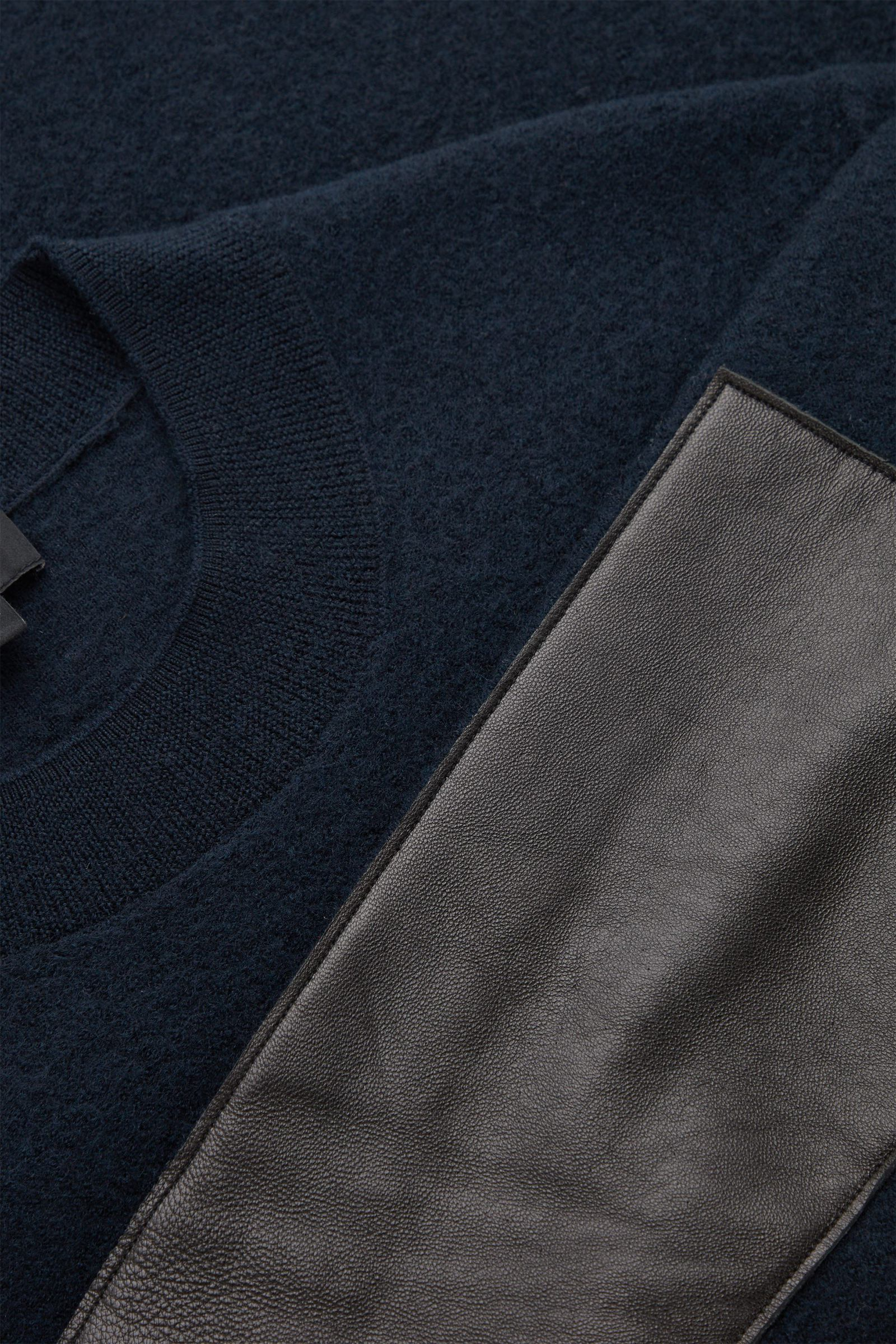 COS 레더 디테일 메리노 울 스웨터의 네이비컬러 Detail입니다.