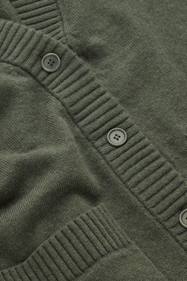 COS 램스울 오버사이즈 가디건의 올리브 그린컬러 Detail입니다.