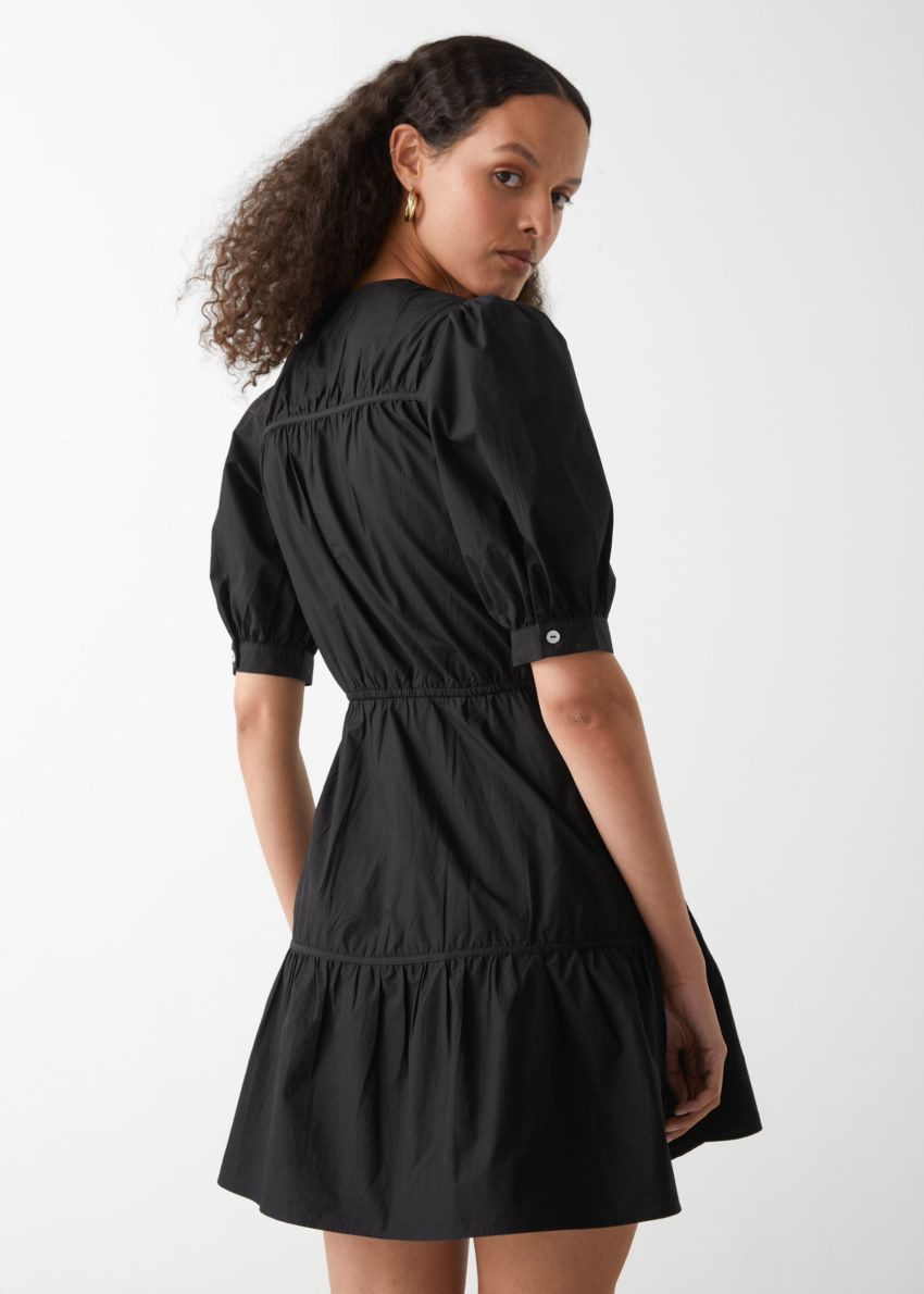 앤아더스토리즈 티어드 퍼프 슬리브 미니 드레스의 블랙컬러 ECOMLook입니다.