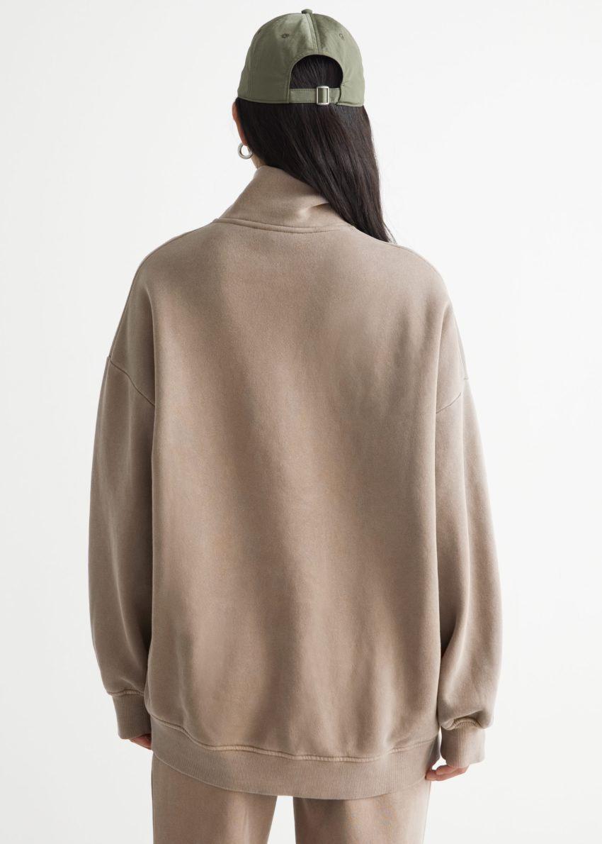 앤아더스토리즈 소프트 하프-집 스웨터의 몰컬러 ECOMLook입니다.