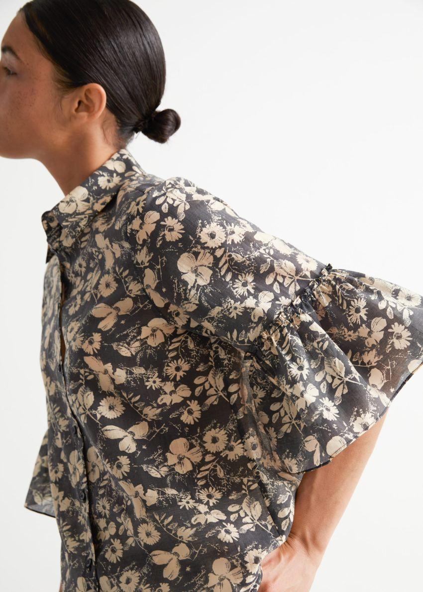 앤아더스토리즈 러플 커프 셔츠의 블랙 플로럴컬러 ECOMLook입니다.