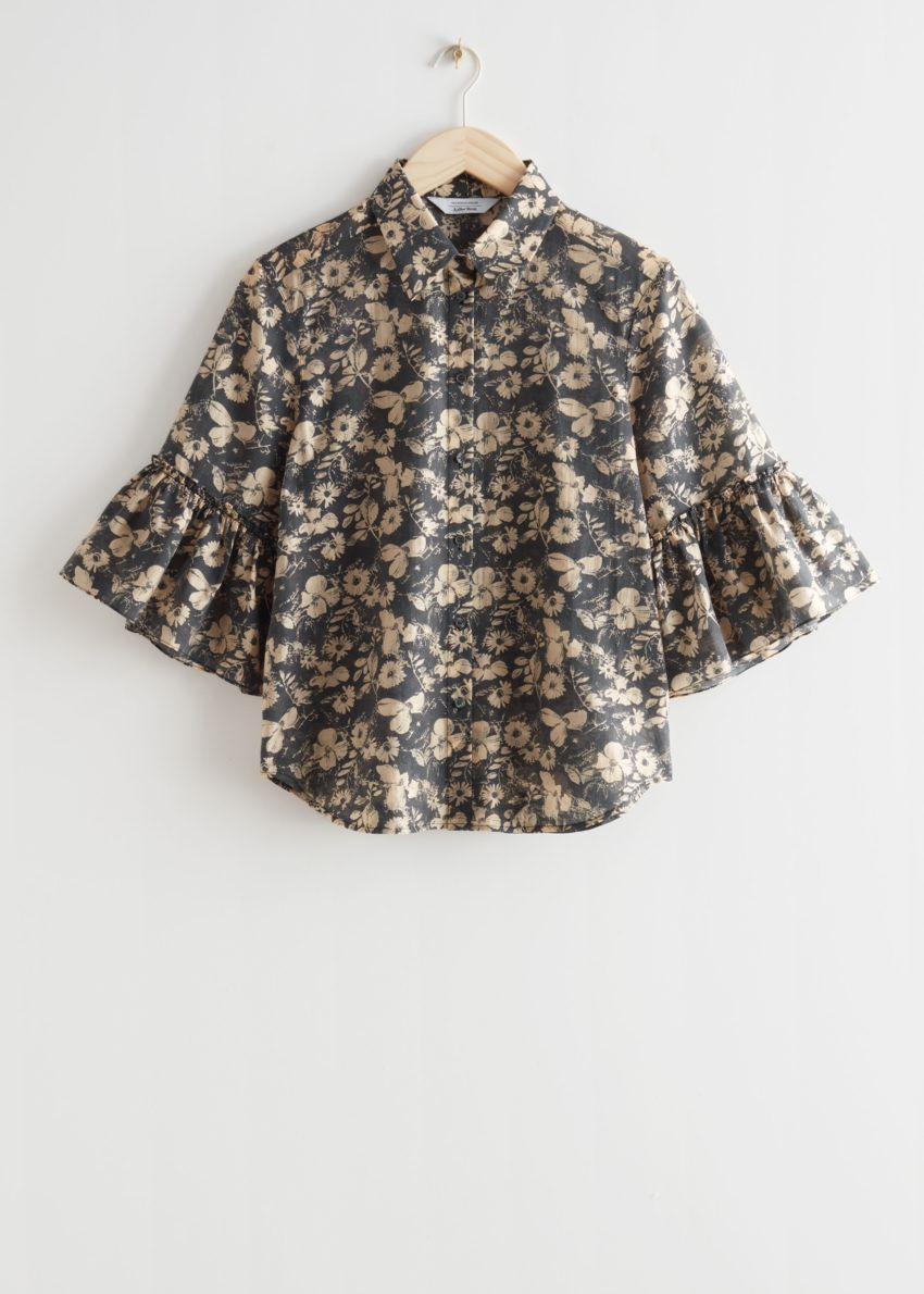 앤아더스토리즈 러플 커프 셔츠의 블랙 플로럴컬러 Product입니다.