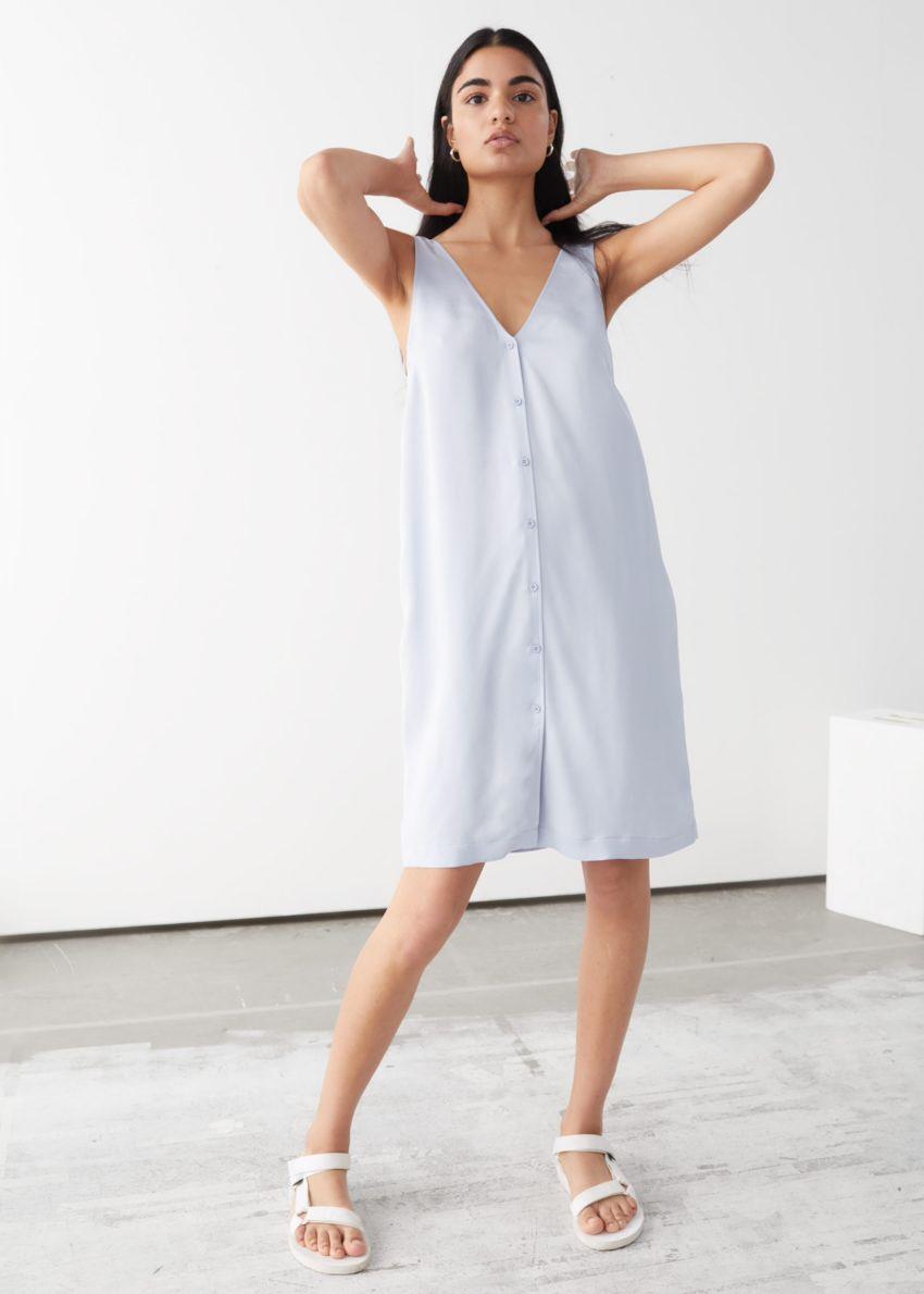 앤아더스토리즈 슬리브리스 버튼 업 미니 드레스의 라이트 블루컬러 ECOMLook입니다.
