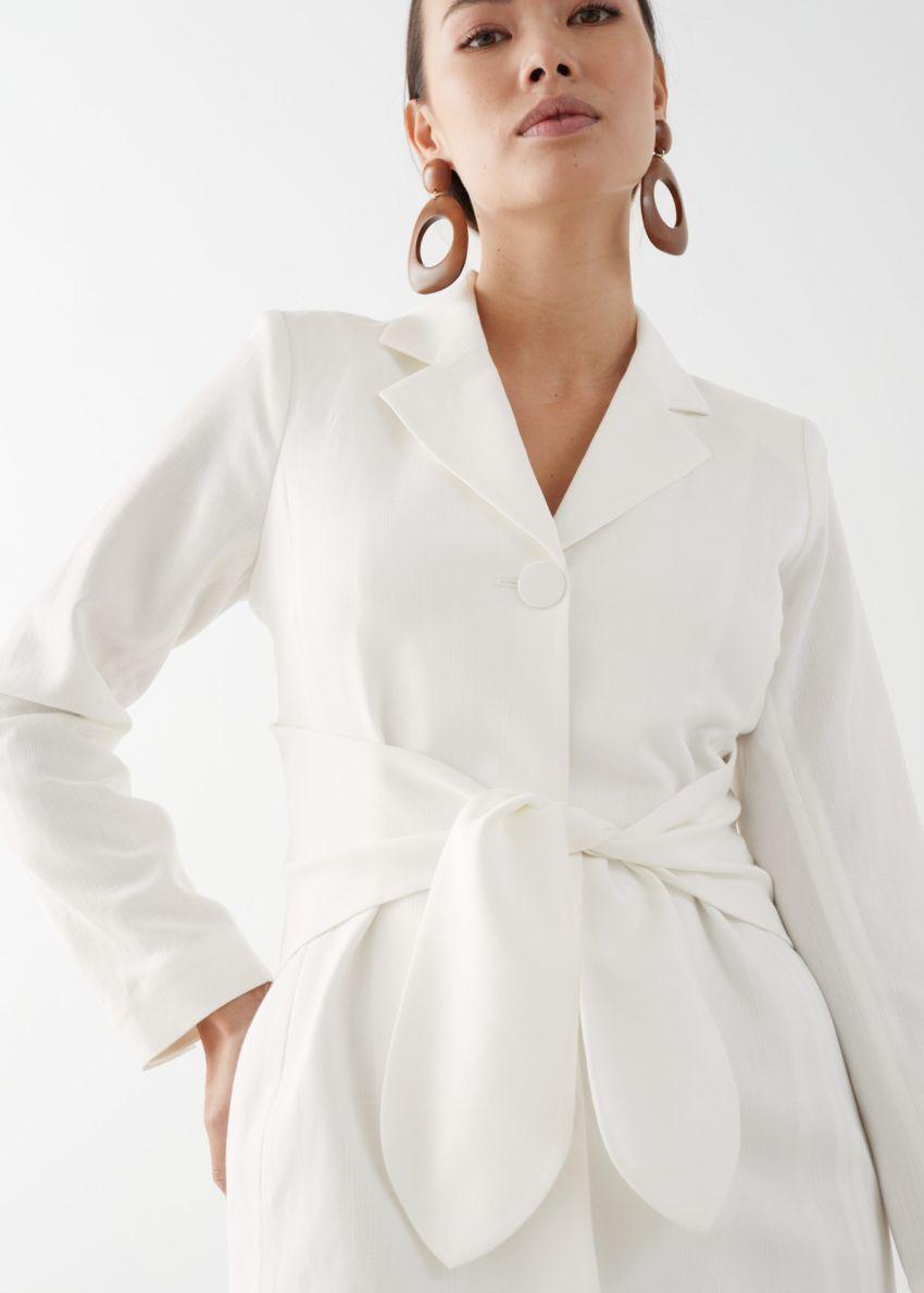 앤아더스토리즈 벨티드 블레이저 미니 드레스의 화이트컬러 ECOMLook입니다.