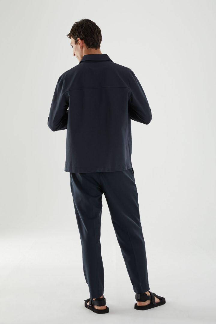 COS 오가닉 코튼 유틸리티 스타일 오버셔츠의 블루컬러 ECOMLook입니다.