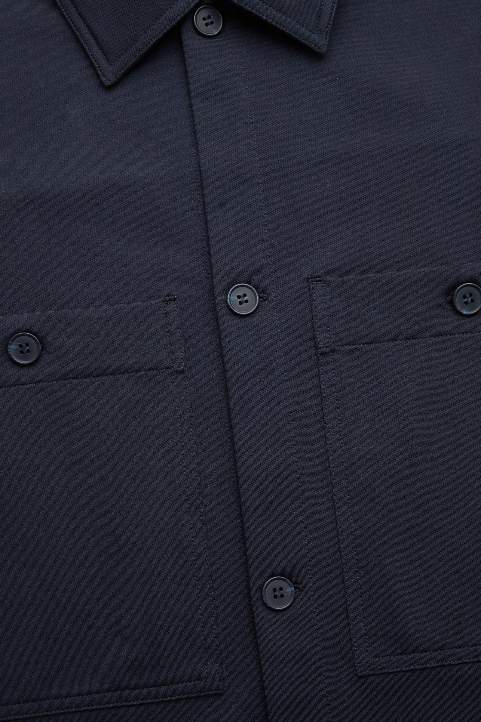 COS 오가닉 코튼 유틸리티 스타일 오버셔츠의 블루컬러 Detail입니다.