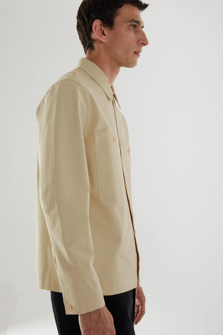 COS 오가닉 코튼 유틸리티 스타일 오버셔츠의 베이지컬러 ECOMLook입니다.