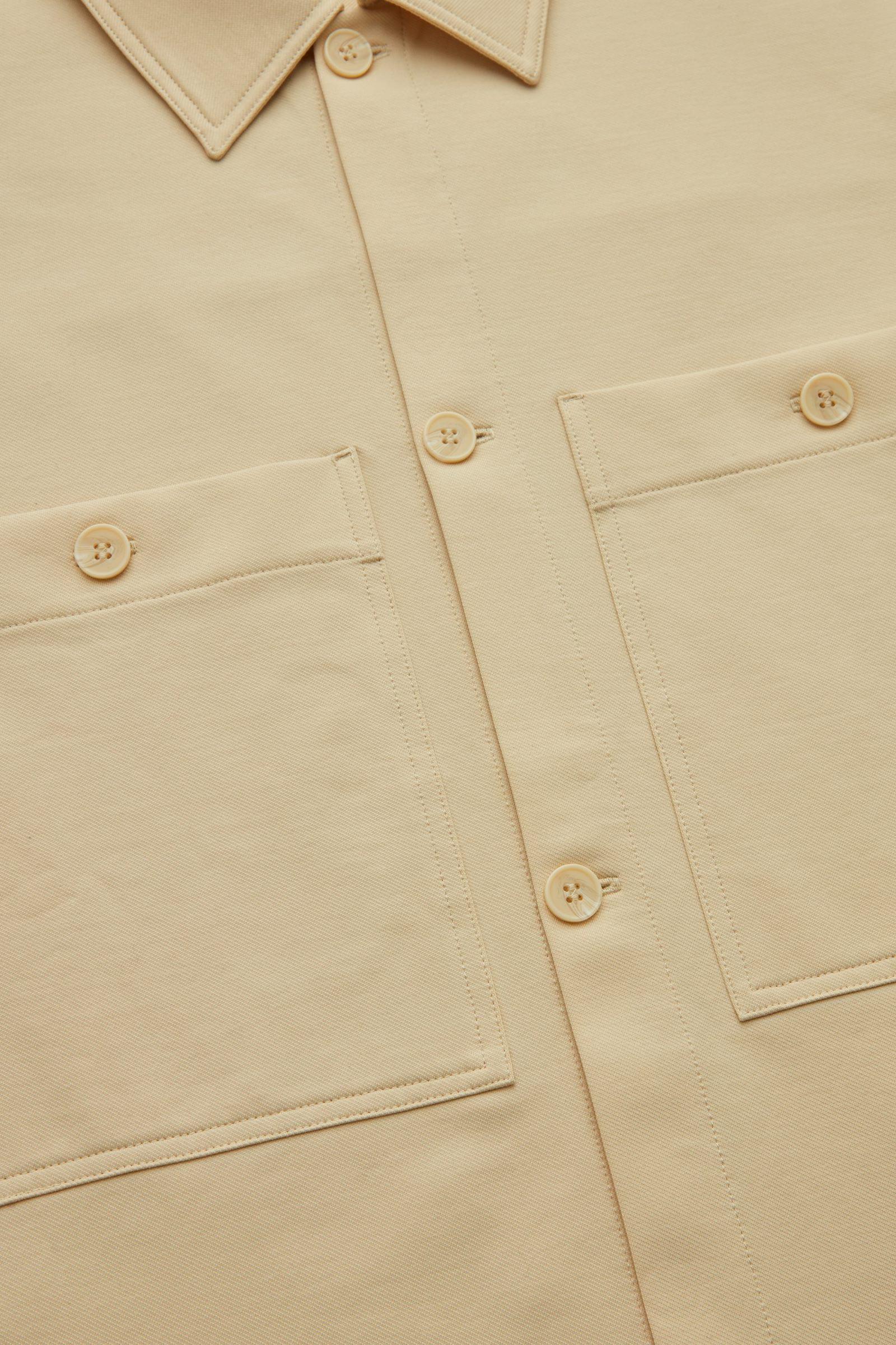 COS 오가닉 코튼 유틸리티 스타일 오버셔츠의 베이지컬러 Detail입니다.
