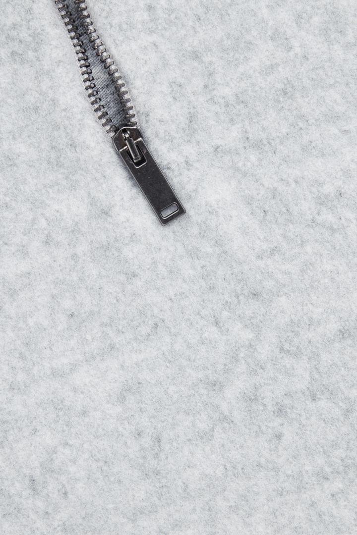COS 라운디드 코튼 플리스 탑의 그레이컬러 Product입니다.