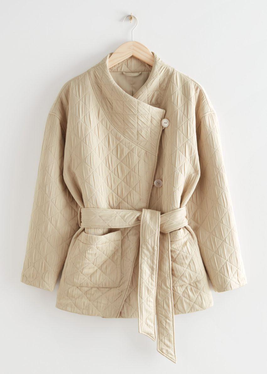앤아더스토리즈 퀼티드 랩 카라 푸퍼 재킷의 베이지컬러 Product입니다.