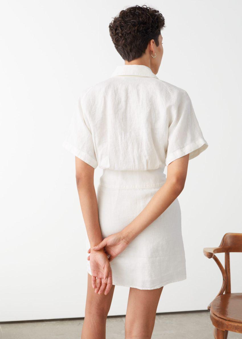 앤아더스토리즈 벨티드 리넨 미니 드레스의 화이트컬러 ECOMLook입니다.