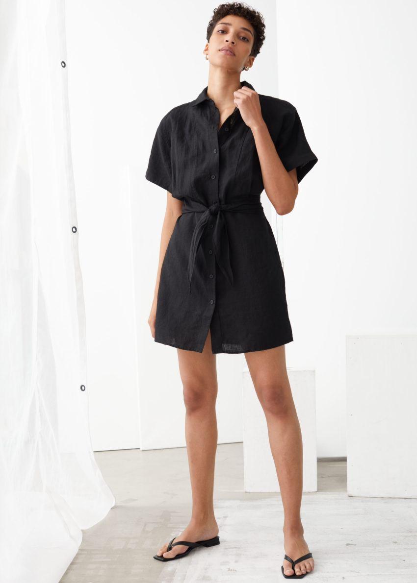 앤아더스토리즈 벨티드 리넨 미니 드레스의 블랙컬러 ECOMLook입니다.