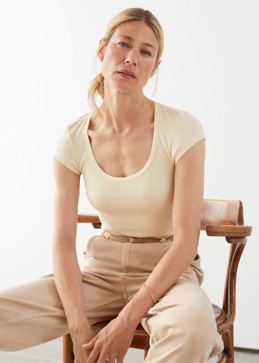 앤아더스토리즈 피티드 스쿠프 넥 티셔츠의 옐로우컬러 ECOMLook입니다.