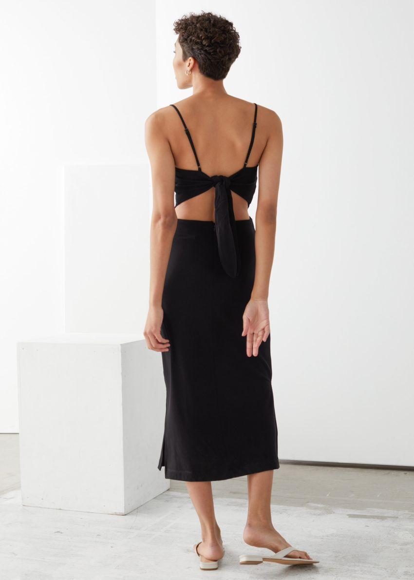 앤아더스토리즈 오픈 백 미디 드레스의 블랙컬러 ECOMLook입니다.