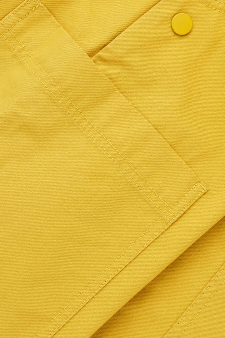 COS 라지 포켓 덩거리의 바이브런트 옐로우컬러 Product입니다.