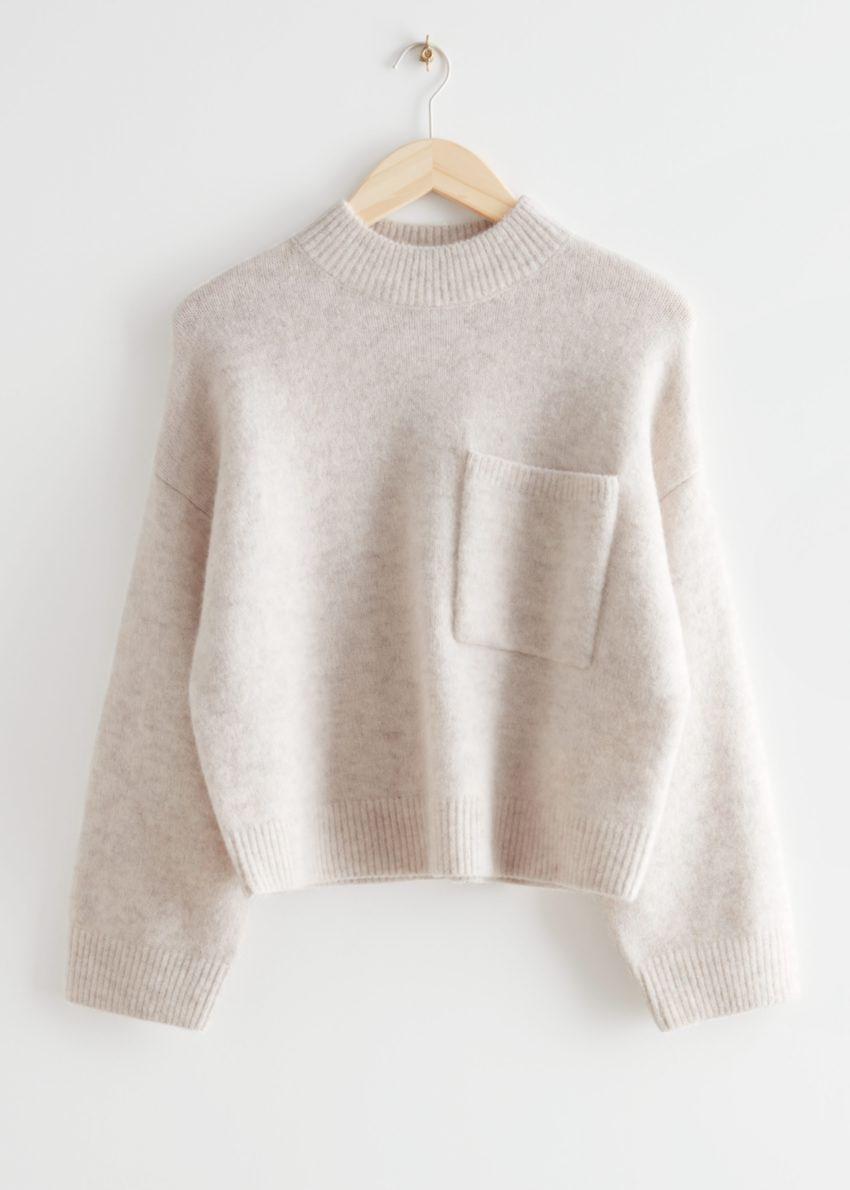 앤아더스토리즈 체스트 포켓 니트 스웨터의 라이트 베이지컬러 Product입니다.