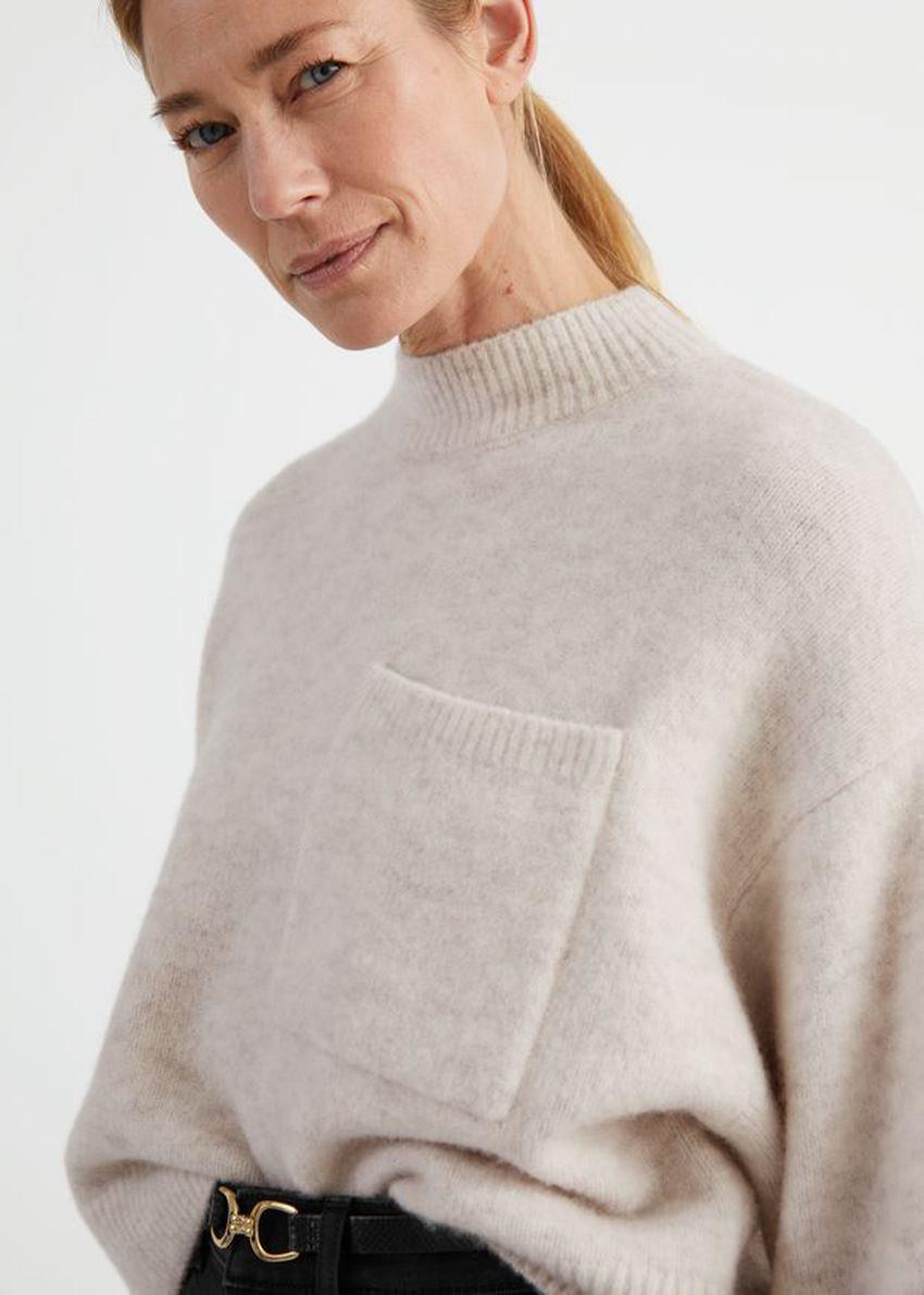 앤아더스토리즈 체스트 포켓 니트 스웨터의 라이트 베이지컬러 ECOMLook입니다.
