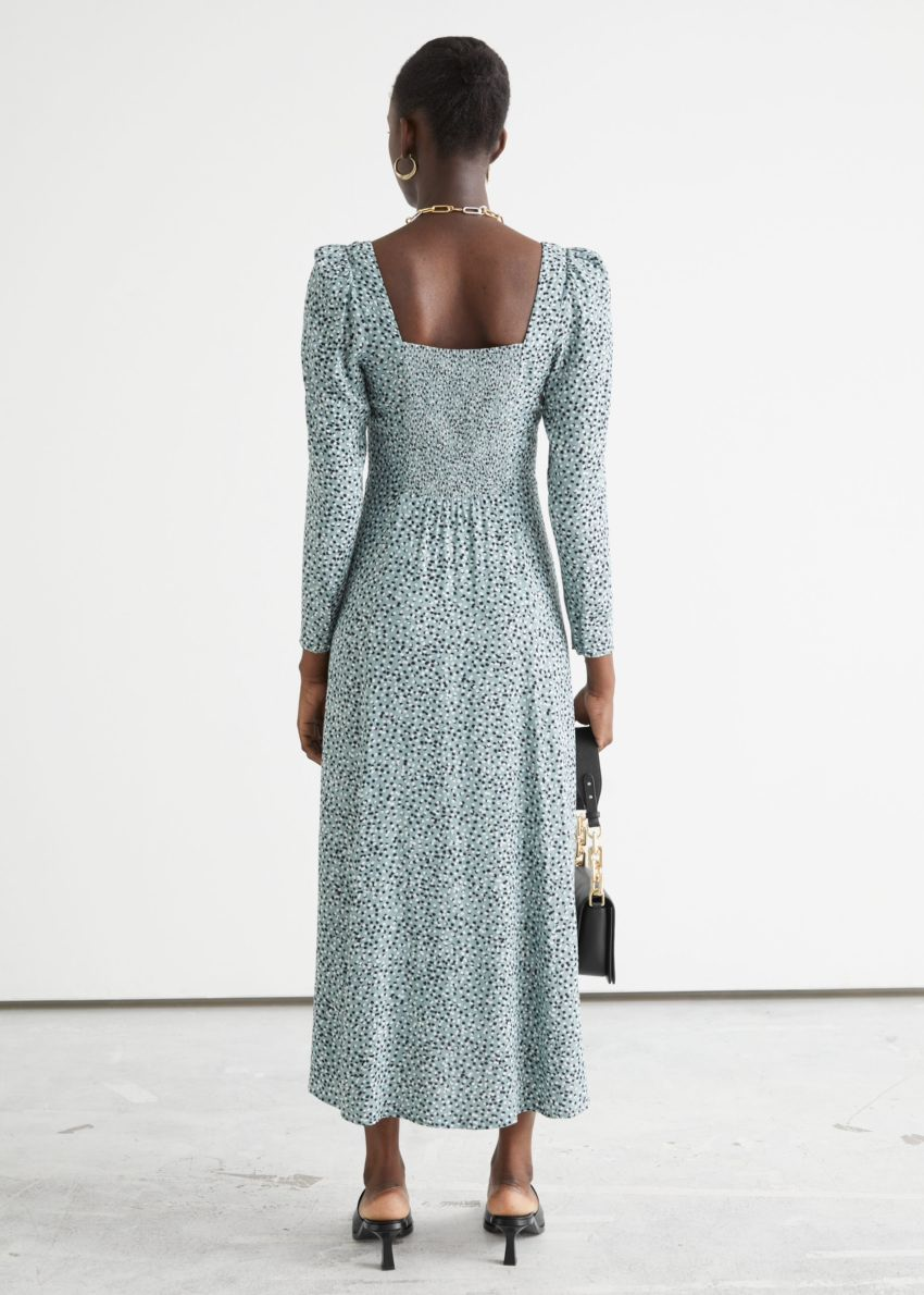 앤아더스토리즈 스쿠프 넥 퍼프 숄더 미디 드레스의 그린 프린트컬러 ECOMLook입니다.