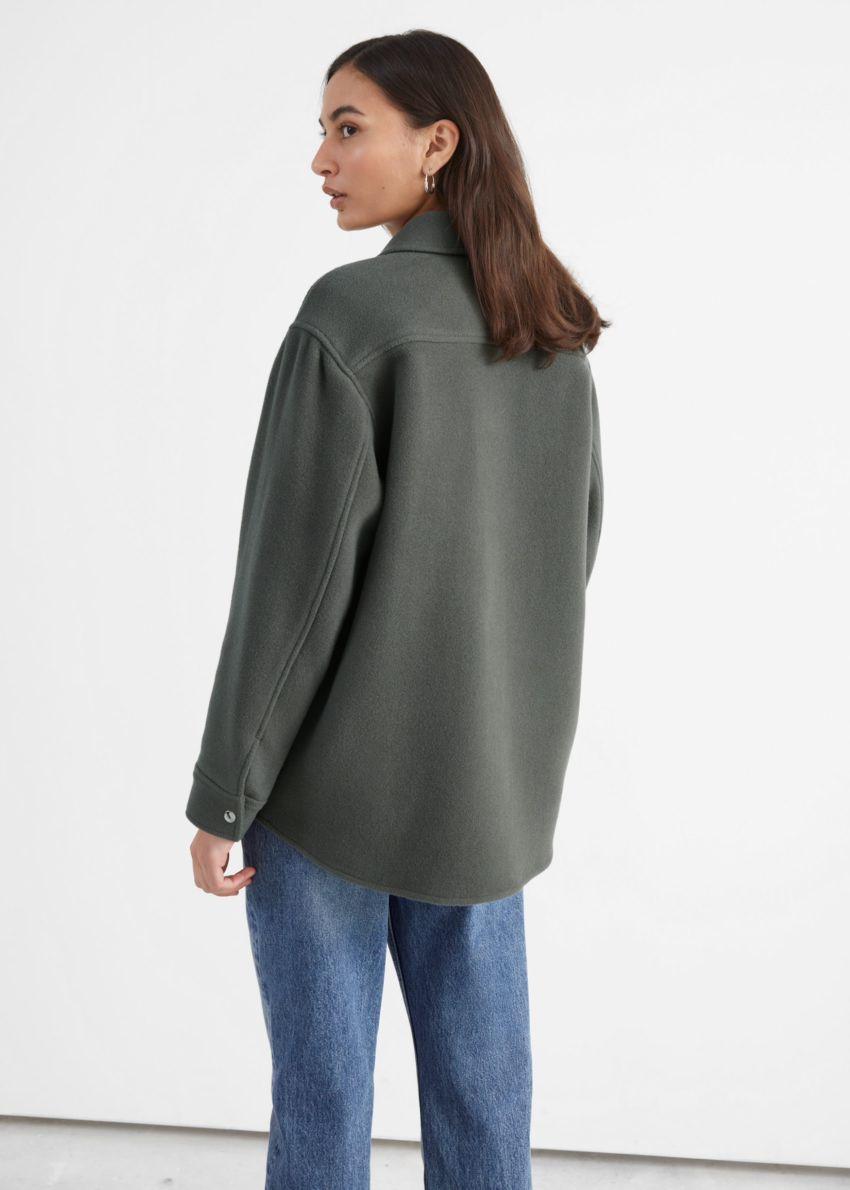 앤아더스토리즈 오버사이즈 울 블렌드 워크웨어 셔츠의 다크 그레이컬러 ECOMLook입니다.