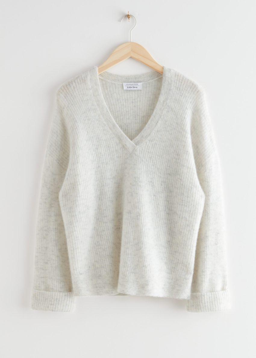 앤아더스토리즈 오버사이즈 V 넥 립 스웨터의 화이트컬러 Product입니다.
