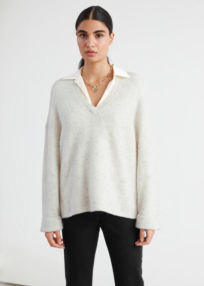 앤아더스토리즈 오버사이즈 V 넥 립 스웨터의 화이트컬러 ECOMLook입니다.
