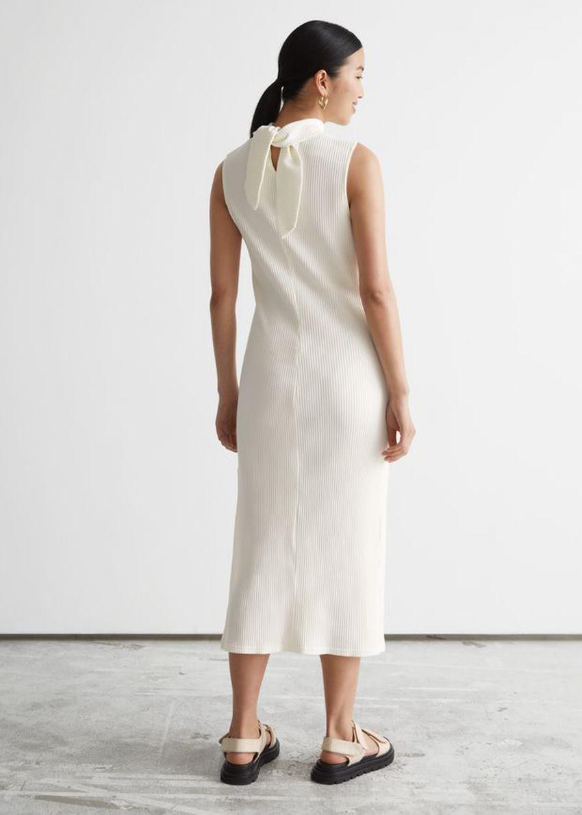 앤아더스토리즈 넥 타이 미디 드레스의 화이트컬러 ECOMLook입니다.