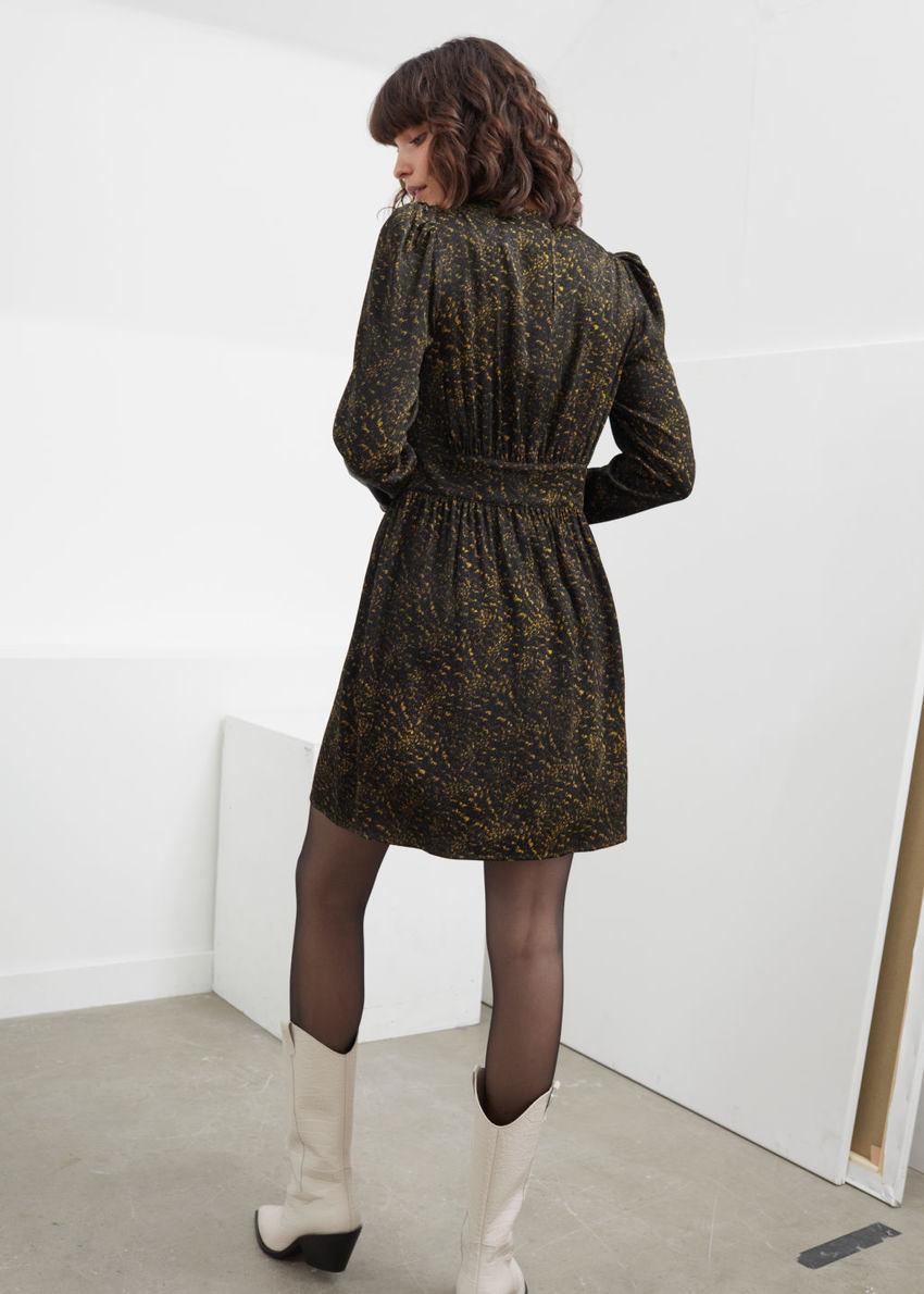 앤아더스토리즈 트라이앵글 보디스 러플 미니 드레스의 블랙 오렌지컬러 ECOMLook입니다.